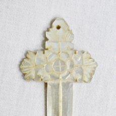 Antigüedades: CRUCIFIJO EN NÁCAR TALLADO CA 1890 - 5X3CM. Lote 222457418