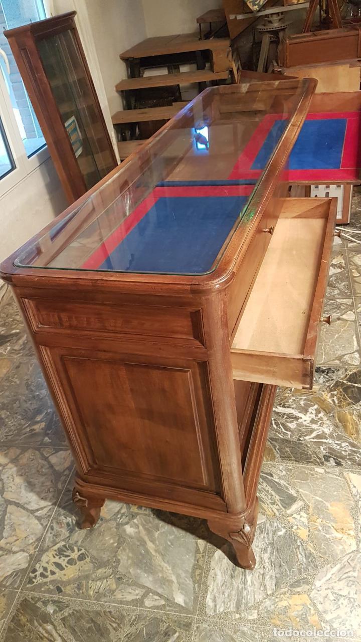 Antigüedades: MOSTRADOR VITRINA JOYERIA ANTIGUA Joyería de nogal se puede retirar Galapagar Madrid - Foto 2 - 222464343