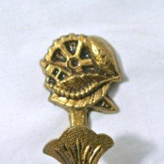 Antigüedades: ANTIGUO GANCHO ALZAPAÑOS PARA CORTINA , COLOMER, COLOR ORO. Lote 222469851