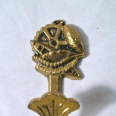 Antigüedades: ANTIGUO GANCHO ALZAPAÑOS PARA CORTINA , COLOMER, COLOR ORO. Lote 222470122