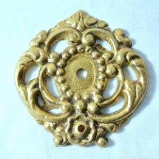 Antigüedades: ANTIGUO EMBELLECEDOR PARA ALZAPAÑOS. Lote 222476778
