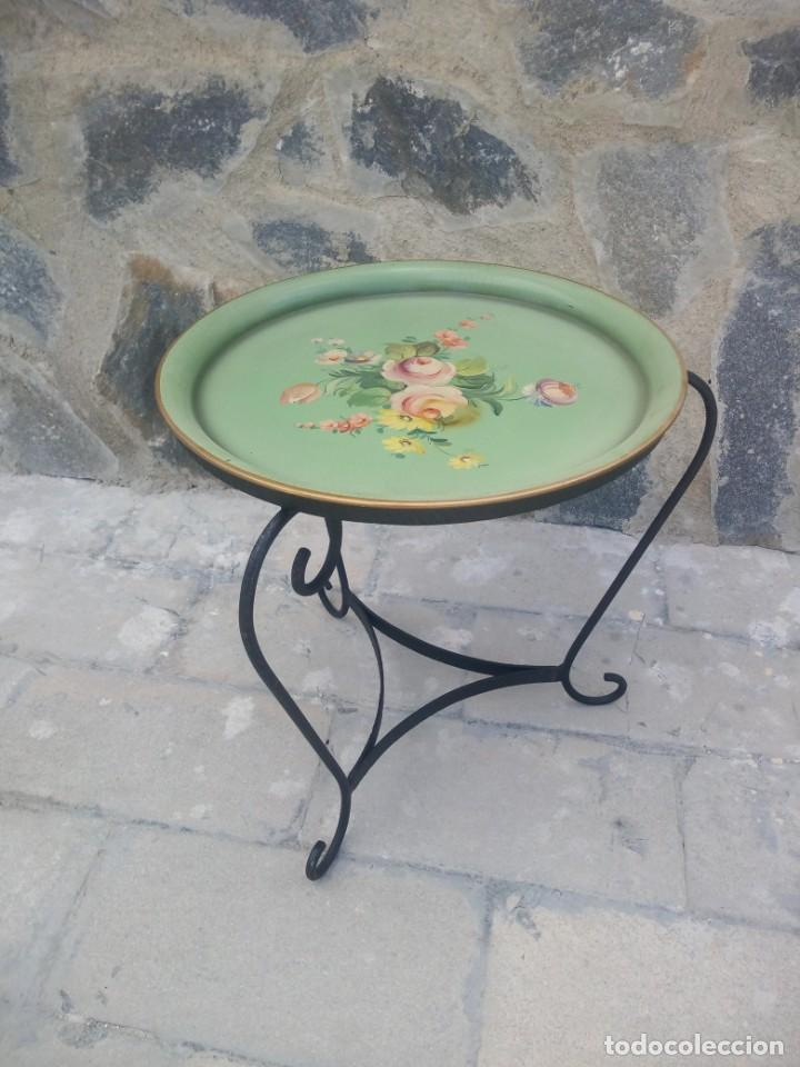 Antigüedades: Preciosa mesa auxiliar de forja con bandeja de metal pintada a mano - Foto 2 - 222493502