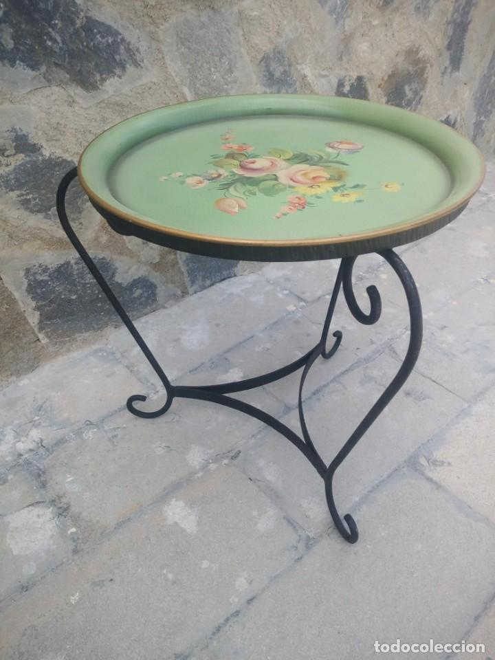 Antigüedades: Preciosa mesa auxiliar de forja con bandeja de metal pintada a mano - Foto 3 - 222493502