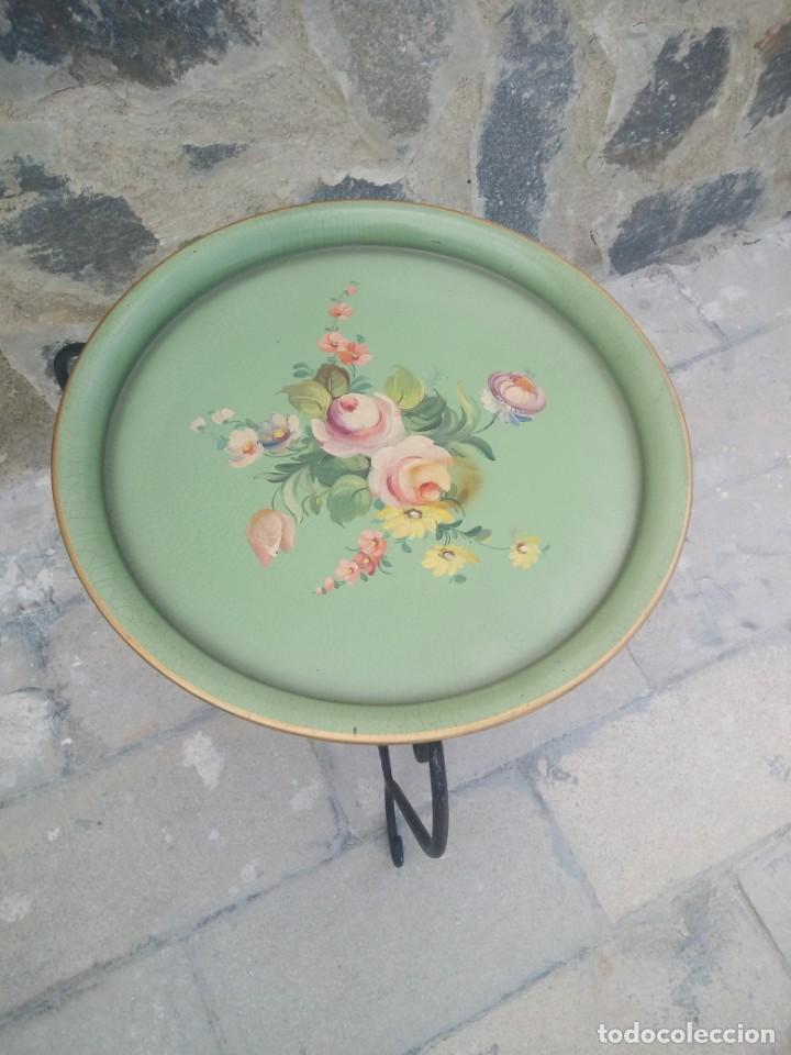 Antigüedades: Preciosa mesa auxiliar de forja con bandeja de metal pintada a mano - Foto 4 - 222493502