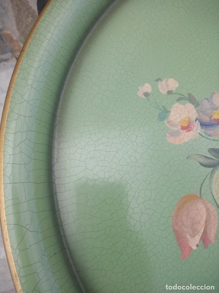 Antigüedades: Preciosa mesa auxiliar de forja con bandeja de metal pintada a mano - Foto 6 - 222493502