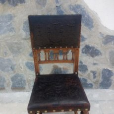 Antigüedades: ANTIGUA SILLA DE MADERA DE ROBLE CON ASIENTO Y RESPALDO DE CUERO REPUJADO,MOTIVO GRIFOS Y MUJERES. Lote 222496145
