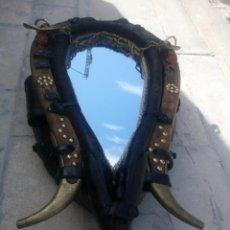 Antigüedades: ANTIGUA CUELLERA DE CABALLO TRANSFORMADA EN ESPEJO,DE CUERO Y HIERRO ,CON CADENAS.MUY DECORATIVO. Lote 222496567