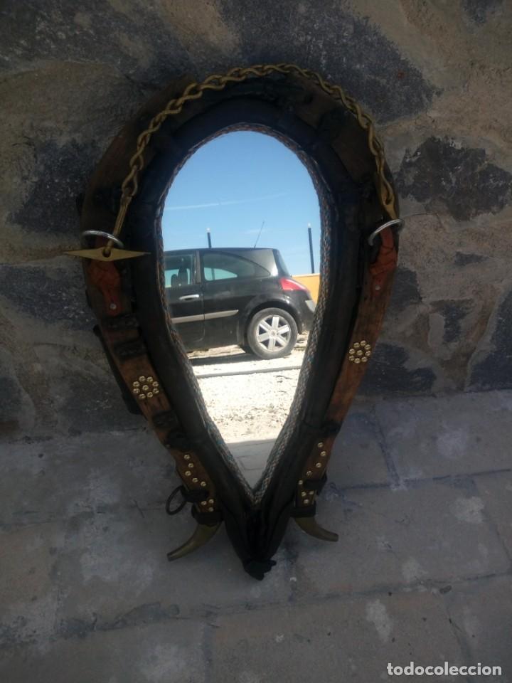 Antigüedades: Antigua cuellera de caballo transformada en espejo,de cuero y hierro ,con cadenas.muy decorativo - Foto 2 - 222496567