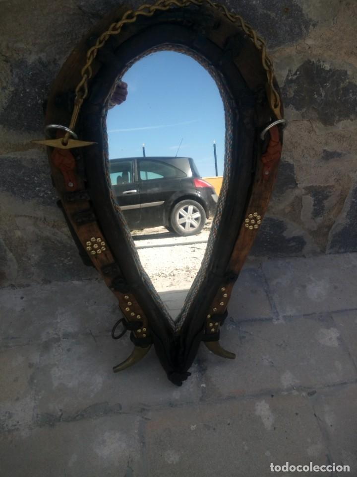 Antigüedades: Antigua cuellera de caballo transformada en espejo,de cuero y hierro ,con cadenas.muy decorativo - Foto 3 - 222496567