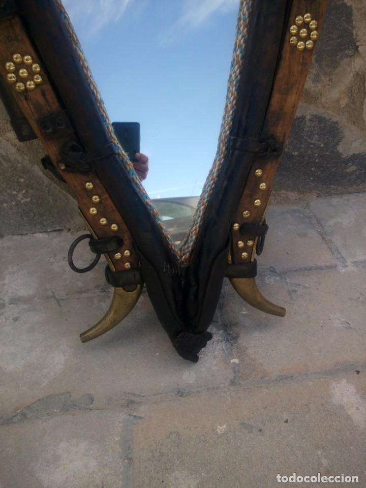 Antigüedades: Antigua cuellera de caballo transformada en espejo,de cuero y hierro ,con cadenas.muy decorativo - Foto 4 - 222496567