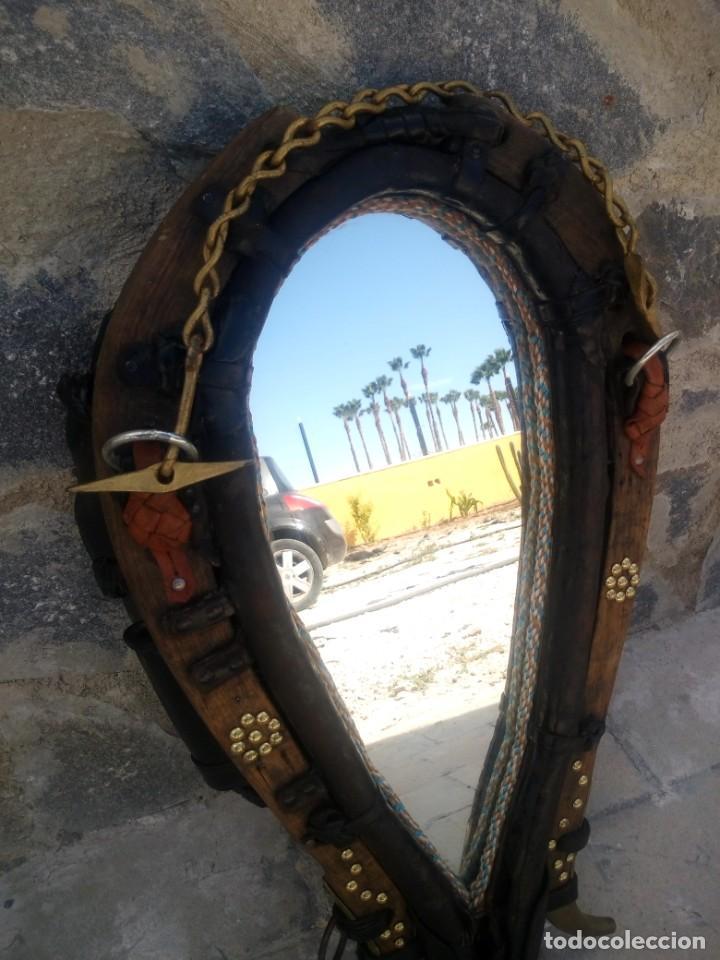 Antigüedades: Antigua cuellera de caballo transformada en espejo,de cuero y hierro ,con cadenas.muy decorativo - Foto 5 - 222496567