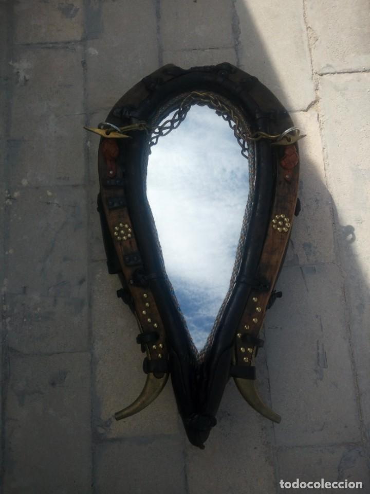 Antigüedades: Antigua cuellera de caballo transformada en espejo,de cuero y hierro ,con cadenas.muy decorativo - Foto 6 - 222496567
