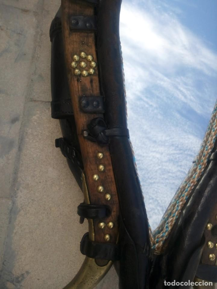 Antigüedades: Antigua cuellera de caballo transformada en espejo,de cuero y hierro ,con cadenas.muy decorativo - Foto 7 - 222496567