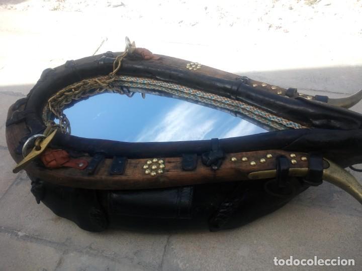 Antigüedades: Antigua cuellera de caballo transformada en espejo,de cuero y hierro ,con cadenas.muy decorativo - Foto 9 - 222496567
