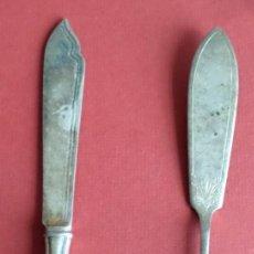 Antigüedades: 2 CUCHILLOS DE POSTRE METAL PLATEADA DECORADOS 22 – 20 CM. CUÑOS 00 SILVER PLATED Y EPNS - 38. Lote 222500747