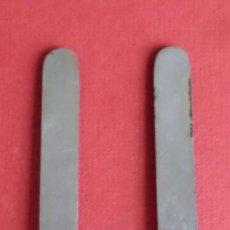 Antigüedades: 2 CUCHILLOS METAL 16,6 CM. - EN UNO PONE PALMERA COGE. Lote 222500977