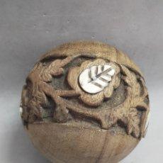 Antigüedades: BOLA DECORATIVA EN MADERA CON DETALLES VEGETALES EN HUESO. Lote 222505650
