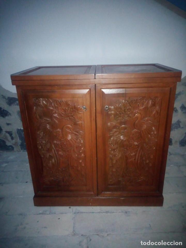 EXCELENTE MUEBLE BAR DE MADERA DE NOGAL TALLADO,DESPLEGABLE SE HACE BARRA.MUCHOS DEPARTAMENTOS (Antigüedades - Muebles Antiguos - Auxiliares Antiguos)