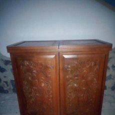 Antigüedades: EXCELENTE MUEBLE BAR DE MADERA DE NOGAL TALLADO,DESPLEGABLE SE HACE BARRA.MUCHOS DEPARTAMENTOS. Lote 222515668