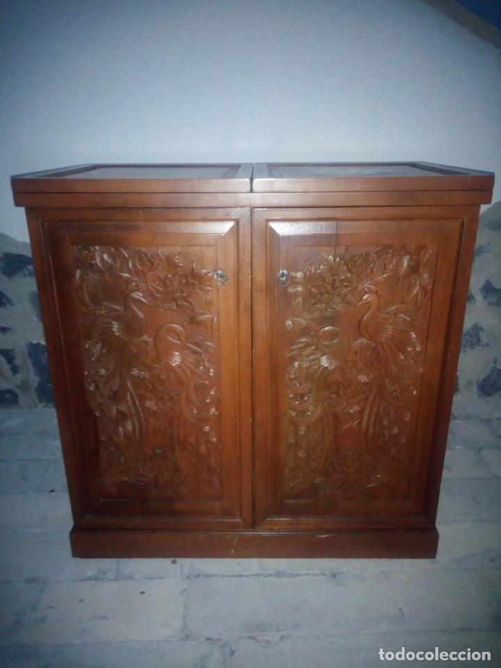 Antigüedades: Excelente mueble bar de madera de nogal tallado,desplegable se hace barra.muchos departamentos - Foto 2 - 222515668