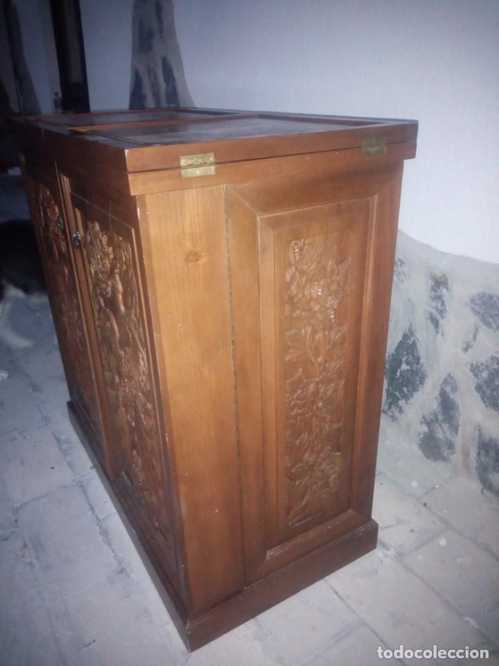 Antigüedades: Excelente mueble bar de madera de nogal tallado,desplegable se hace barra.muchos departamentos - Foto 4 - 222515668