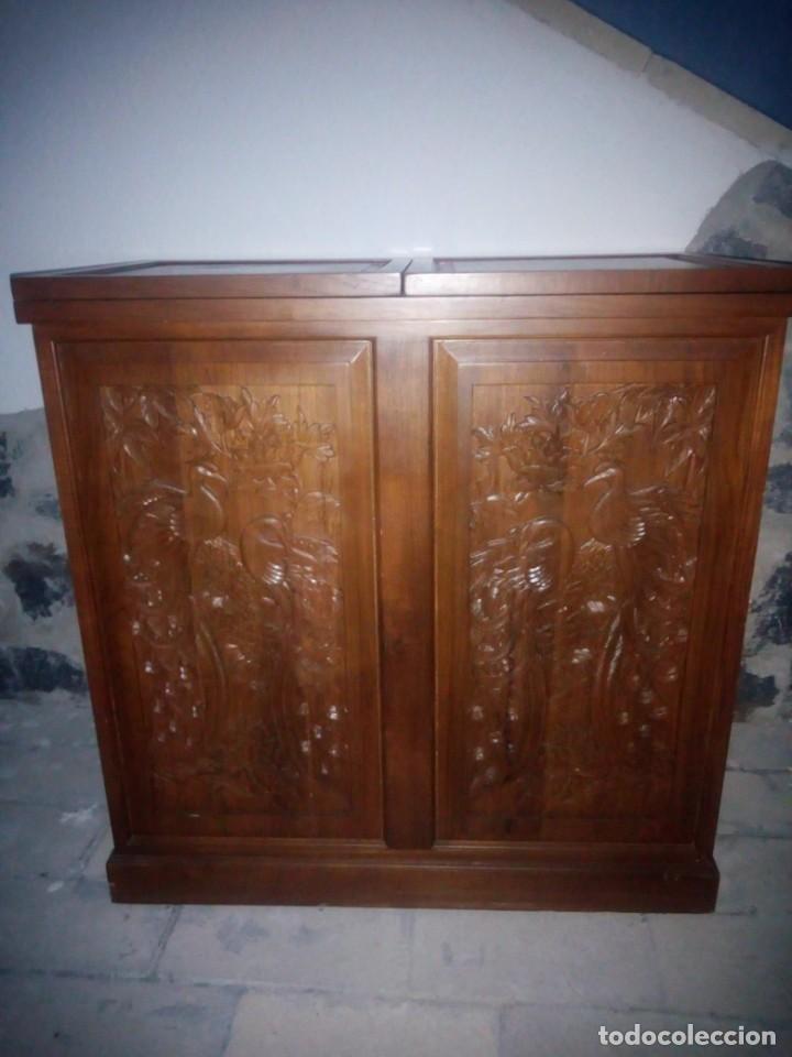Antigüedades: Excelente mueble bar de madera de nogal tallado,desplegable se hace barra.muchos departamentos - Foto 6 - 222515668
