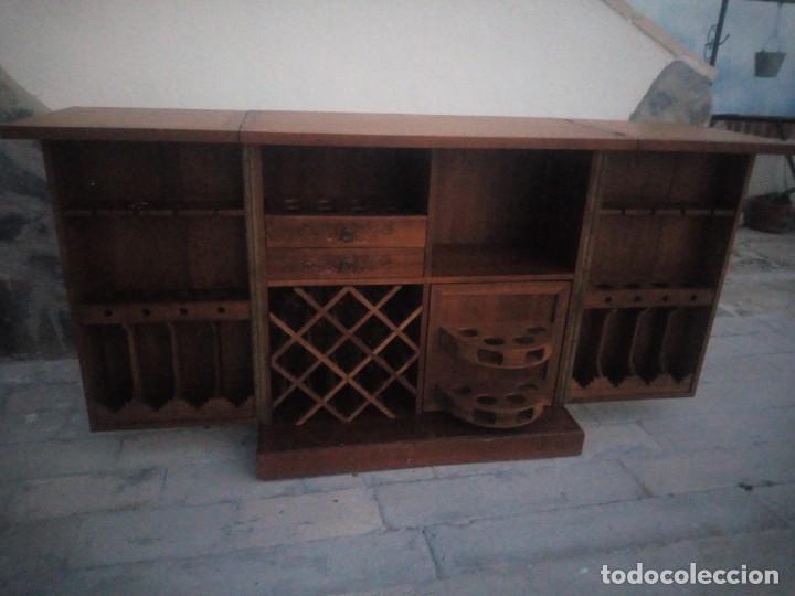 Antigüedades: Excelente mueble bar de madera de nogal tallado,desplegable se hace barra.muchos departamentos - Foto 8 - 222515668