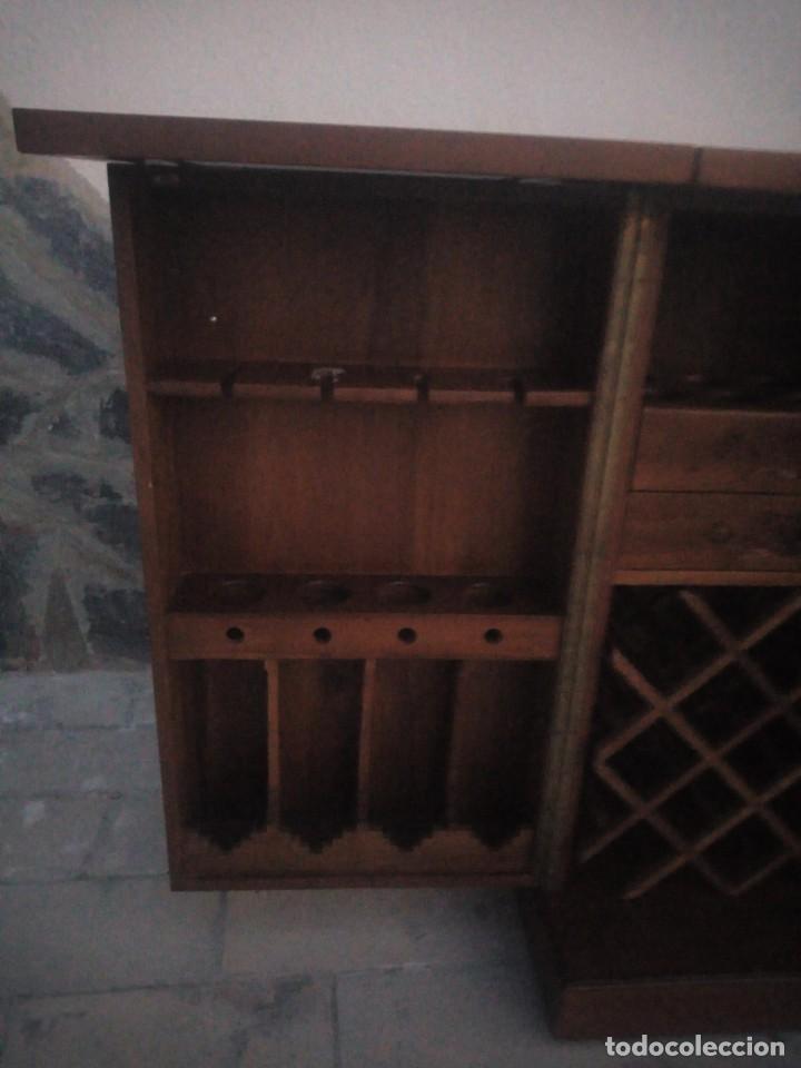 Antigüedades: Excelente mueble bar de madera de nogal tallado,desplegable se hace barra.muchos departamentos - Foto 9 - 222515668