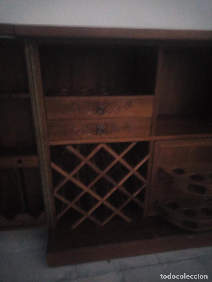 Antigüedades: Excelente mueble bar de madera de nogal tallado,desplegable se hace barra.muchos departamentos - Foto 10 - 222515668