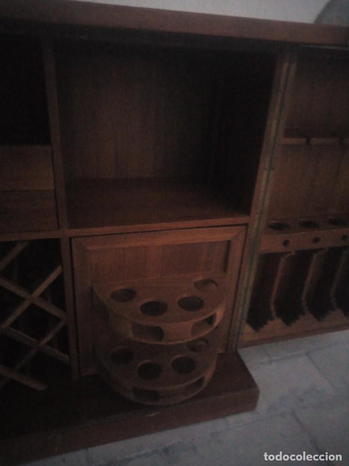 Antigüedades: Excelente mueble bar de madera de nogal tallado,desplegable se hace barra.muchos departamentos - Foto 12 - 222515668