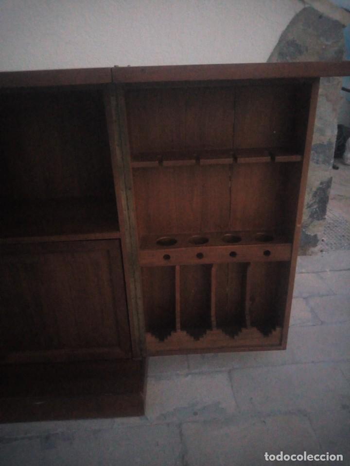 Antigüedades: Excelente mueble bar de madera de nogal tallado,desplegable se hace barra.muchos departamentos - Foto 14 - 222515668