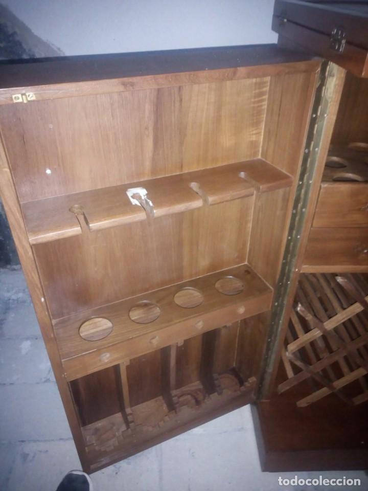 Antigüedades: Excelente mueble bar de madera de nogal tallado,desplegable se hace barra.muchos departamentos - Foto 17 - 222515668