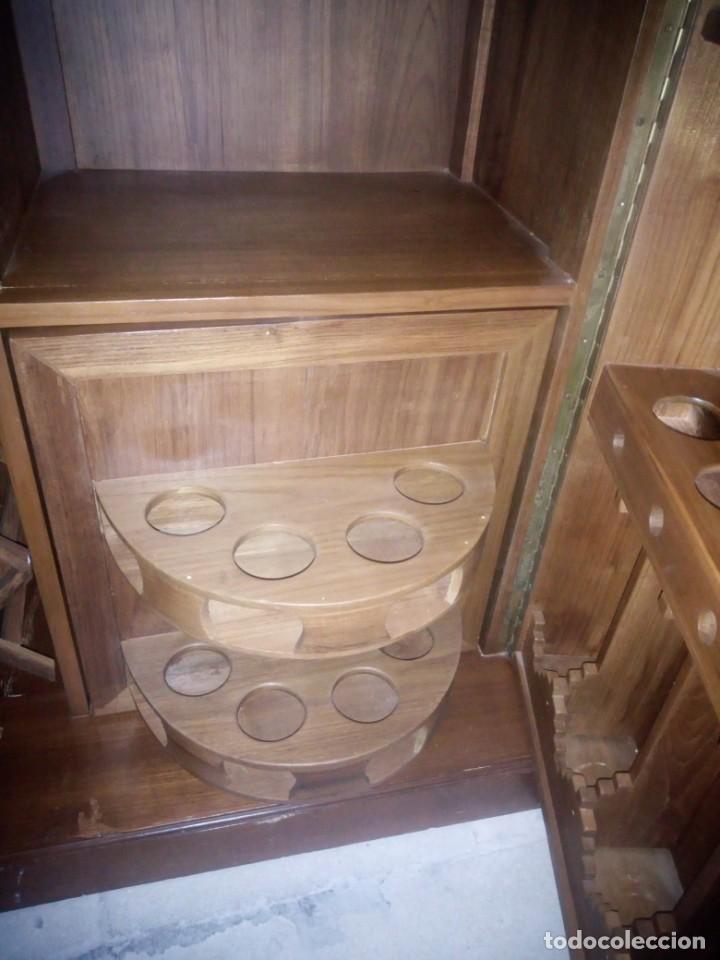 Antigüedades: Excelente mueble bar de madera de nogal tallado,desplegable se hace barra.muchos departamentos - Foto 19 - 222515668