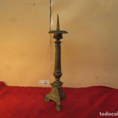 Antigüedades: CANDELABRO DE ALTAR MUY ANTIGUO CON IMAGEN JESÚS, SAN PEDRO Y LA VIRGEN EN LA BASE. Lote 222521256