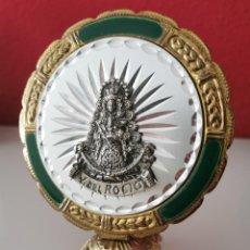 Antigüedades: RECUERDO DE LA VIRGEN DE ROCIO EN METAL.. Lote 222528787