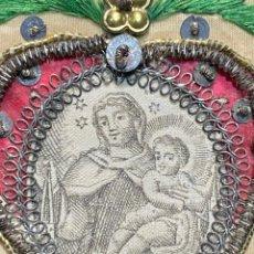 Antigüedades: ESCAPULARIO BORDADO IMPRESO VIRGEN CARMEN NIÑO SEDA BORDADA LENTEJUELAS S XVIII 7,5X6CMS. Lote 222541315