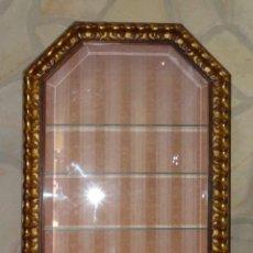 Antigüedades: VITRINA DE PARED CON MARCO DE MADERA ESTOFADO CON PAN DE ORO. Lote 222545411