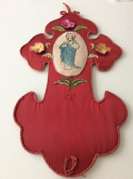Antigüedades: Cruz de raso bordada con la inmaculada en seda, hilo de plata y piedras en corona siglo XIX ppios XX - Foto 7 - 132910434