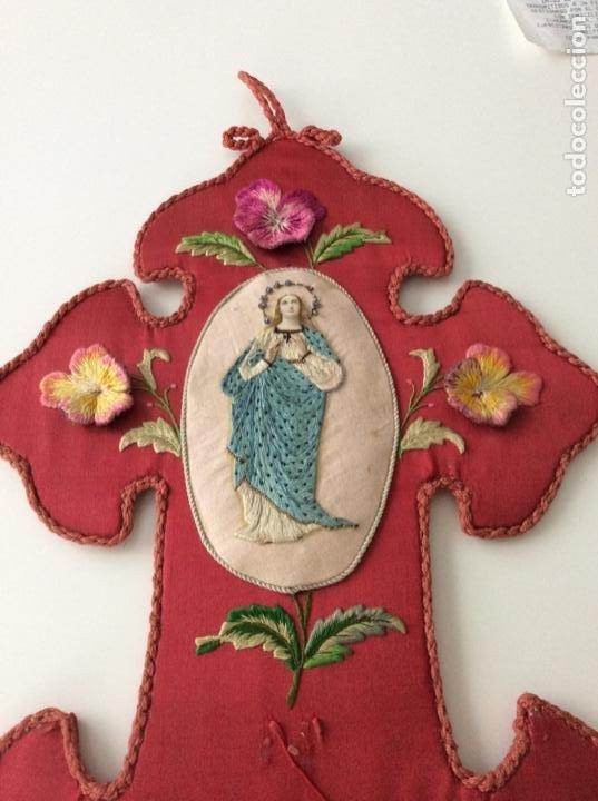 Antigüedades: Cruz de raso bordada con la inmaculada en seda, hilo de plata y piedras en corona siglo XIX ppios XX - Foto 8 - 132910434