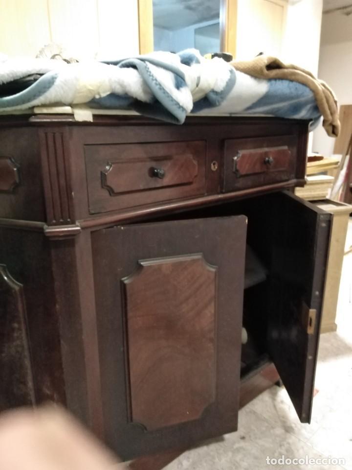 Antigüedades: Fantástico mueble aparador, (tipo bufet) de caoba maciza de unos 100x120cms.por sólo doscientos - Foto 2 - 219278120