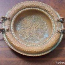 Antigüedades: ANTIGUO PLATO DE COBRE CON ASAS, REPUJADO A MANO, MARRUECOS, MITAD DE SIGLO.. Lote 222557441