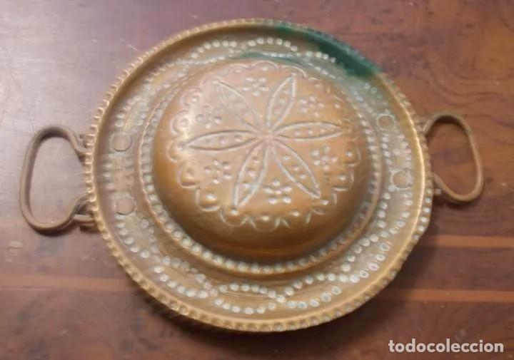 Antigüedades: ANTIGUO PLATO DE COBRE CON ASAS, REPUJADO A MANO, MARRUECOS, MITAD DE SIGLO. - Foto 4 - 222557441