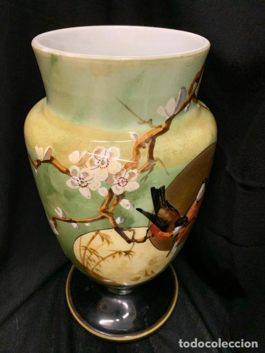 Antigüedades: Excepcional jarron antiguo de opalina pintado a mano. 30cms. Leer mas... - Foto 6 - 222557777