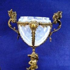 Antigüedades: PRECIOSO CENTRO. DE BRONCE Y VIDRIO. CON DOS ÁNGELES EN LAS ASAS. 33CM DE ALTO. Lote 222576883