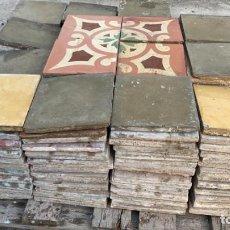 Antigüedades: BALDOSAS ANTIGUAS DE SUELO HIDRAULICO CON MOTIVO Y CENEFA PARA 8 METROS CUADRADOS HAY 206 UDS.. Lote 222595806