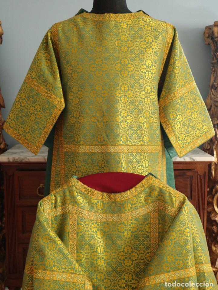 Antigüedades: Dos dalmáticas confeccionadas en seda color verde y damascos en hilo de seda dorado. Pps. S. XX. - Foto 2 - 156001494