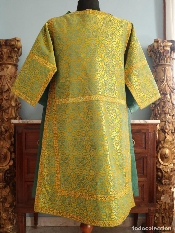 Antigüedades: Dos dalmáticas confeccionadas en seda color verde y damascos en hilo de seda dorado. Pps. S. XX. - Foto 6 - 156001494