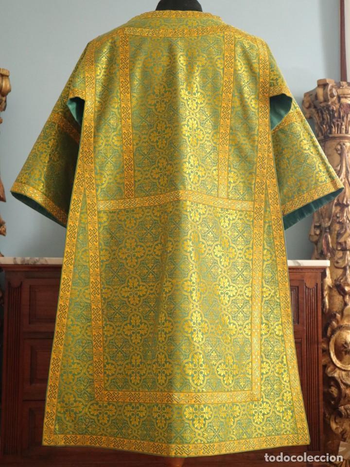Antigüedades: Dos dalmáticas confeccionadas en seda color verde y damascos en hilo de seda dorado. Pps. S. XX. - Foto 9 - 156001494