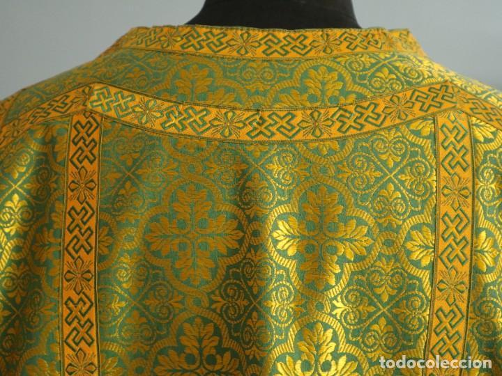 Antigüedades: Dos dalmáticas confeccionadas en seda color verde y damascos en hilo de seda dorado. Pps. S. XX. - Foto 10 - 156001494