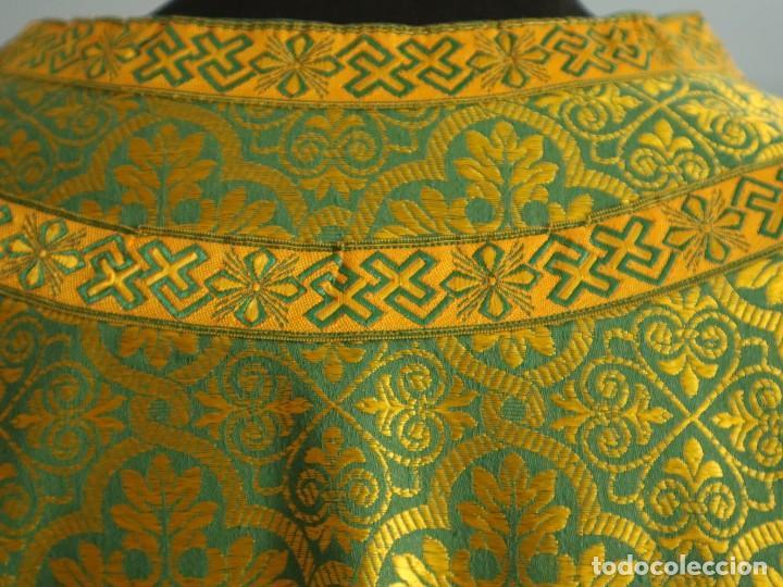 Antigüedades: Dos dalmáticas confeccionadas en seda color verde y damascos en hilo de seda dorado. Pps. S. XX. - Foto 11 - 156001494